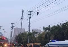 中国で男が高圧電線を歩き周辺が停電に