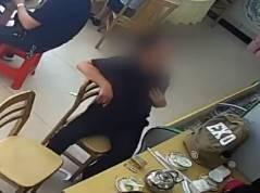 飲食店で料理を待つ男性客が心臓発作で悶絶