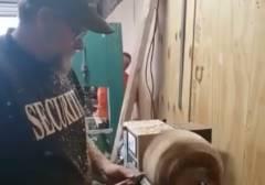 木工旋盤で作業中の職人の顔面に木材直撃
