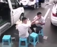 大渋滞の中、ピクニックを始める中国人