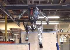 飛躍的な進歩を見せる二足歩行ロボットAtlasが