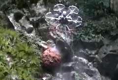 これは有能、スズメバチの巣に薬剤を噴霧するドローン