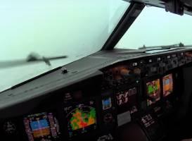 コックピットから見た豪雨での着陸の瞬間