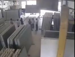 工場の作業員があわや大理石板の下敷きに!