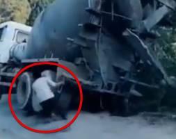 転落寸前のコンクリートミキサー車を男が救う?