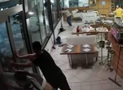 イタリアのレストランに突然波が押し寄せ浸水