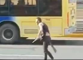 路上で走行中のスクーターを刃物で切りつける男