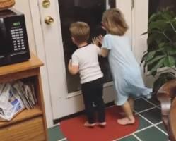 外を見ていた子供2人に迫る恐怖