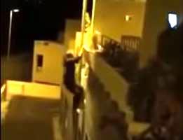 外灯のポールを登る男がプランターと共に落下