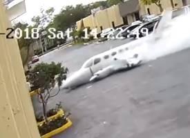 倉庫に車が突っ込んできた?いやっ飛行機だ!