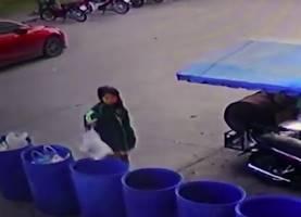 死産した双子の赤ちゃんをゴミ箱に捨てる女