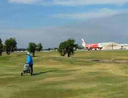 空港の滑走路に挟まれたタイのゴルフ場
