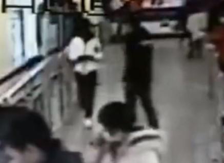 駅構内で携帯電話を盗んだ男、即座に逮捕される