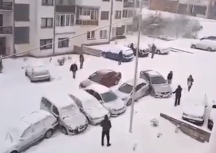 駐車場で乗用車が押しくらまんじゅう