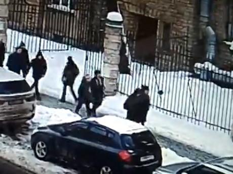 歩行者の頭に氷の塊が直撃 in ロシア