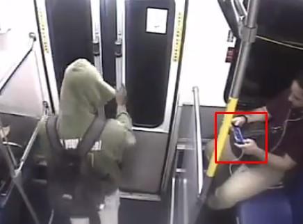 バス内でゲームに夢中の男、スマホを盗まれる