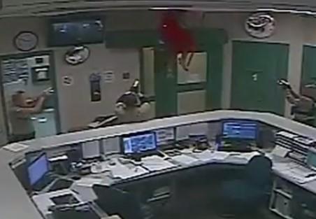 脱獄に失敗した受刑者が天井から降ってきた!